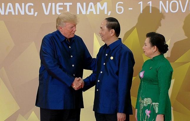 Các nhà lãnh đạo APEC cùng mặc trang phục tơ tằm của Việt Nam - ảnh 2