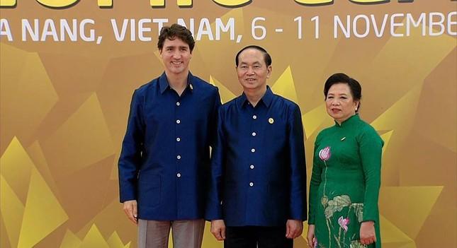 Các nhà lãnh đạo APEC cùng mặc trang phục tơ tằm của Việt Nam - ảnh 4