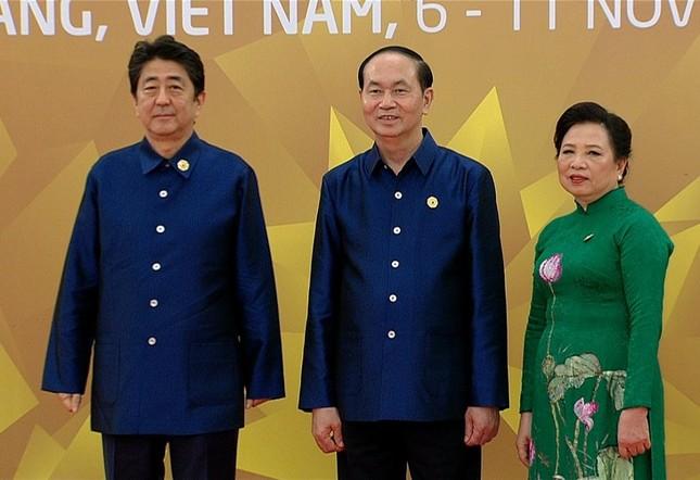 Các nhà lãnh đạo APEC cùng mặc trang phục tơ tằm của Việt Nam - ảnh 7