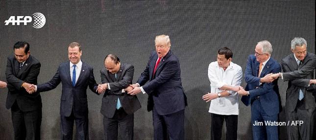 Tổng thống Trump 'bối rối' với nghi thức bắt tay truyền thống của ASEAN - ảnh 2