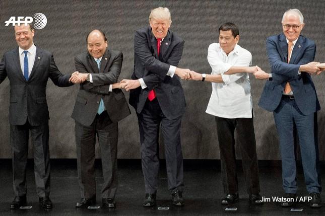 Tổng thống Trump 'bối rối' với nghi thức bắt tay truyền thống của ASEAN - ảnh 4