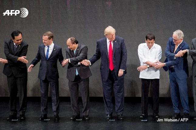 Tổng thống Trump 'bối rối' với nghi thức bắt tay truyền thống của ASEAN - ảnh 1