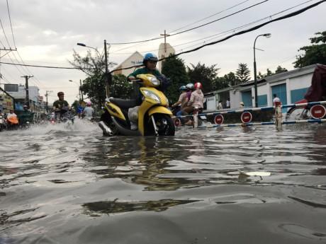 Sài Gòn mưa rả rích nhưng mênh mông nước! - ảnh 1