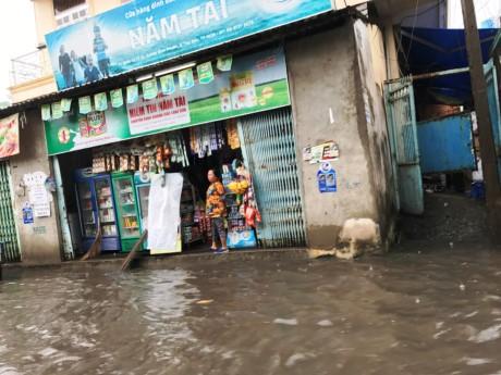 Sài Gòn mưa rả rích nhưng mênh mông nước! - ảnh 4