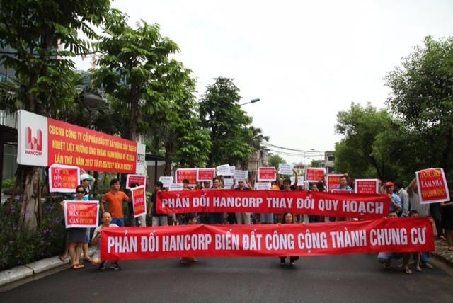 Cư dân căng băng rôn phản đối Hancorp thay đổi quy hoạch KĐT Ngoại giao đoàn - ảnh 1