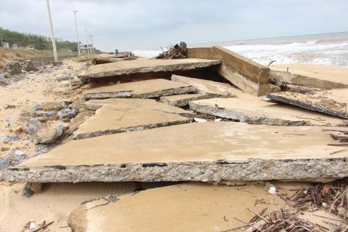 Quảng Bình: Kè đê biển xã Hải Trạch hư hỏng nặng - ảnh 1