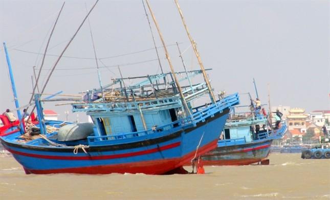 Một ngư dân bị mất tích, 3 tàu cá mắc cạn ở cửa biển Đà Diễn - ảnh 1
