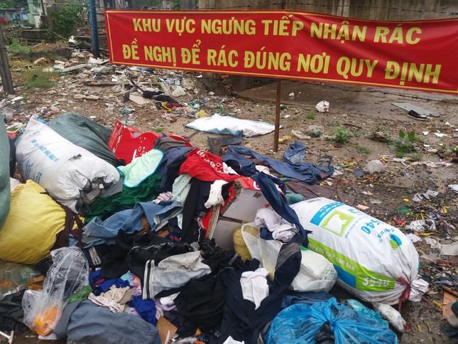 Khu vực cấm đổ rác lại trở thành bãi rác - ảnh 4
