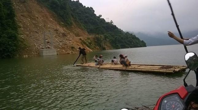 Học sinh đánh cược tính mạng qua sông tìm chữ - ảnh 1