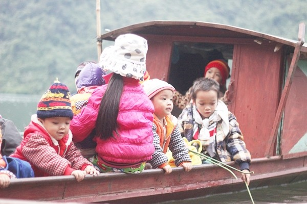 Chùm ảnh: Gian nan đường đến trường của các em học sinh xóm Nhạp - ảnh 8