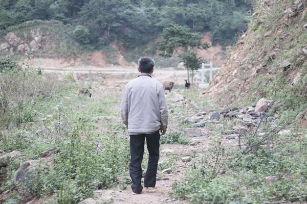 Chùm ảnh: Gian nan đường đến trường của các em học sinh xóm Nhạp - ảnh 14