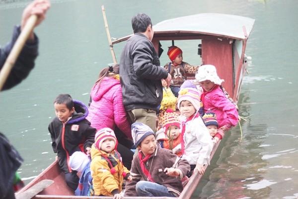 Học sinh dùng bè mảng đến trường, dự án cầu đóng cọc bỏ hoang - ảnh 3