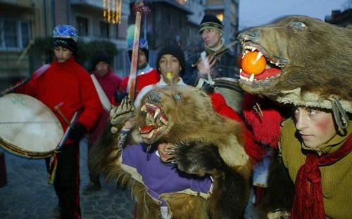 Kỳ lạ phong tục đón năm mới ở các nước trên thế giới - ảnh 8