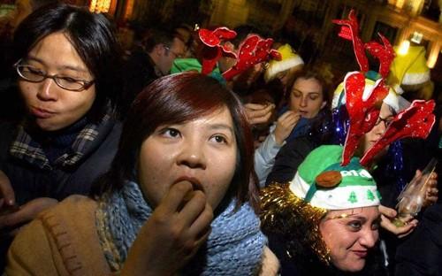Kỳ lạ phong tục đón năm mới ở các nước trên thế giới - ảnh 10