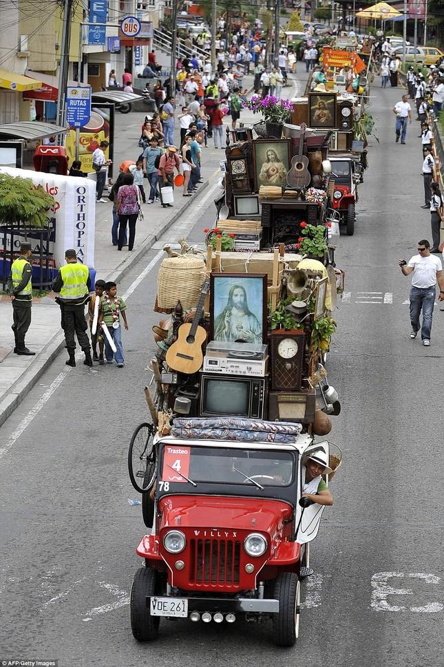 Kì lạ cuộc diễu hành xe Jeep có '1-0-2' ở Colombia - ảnh 2