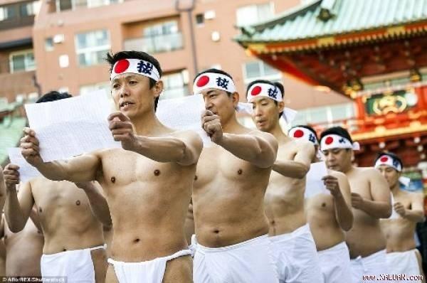 Rét run nhìn người Nhật đóng khố tắm nước lạnh mừng năm mới - ảnh 1