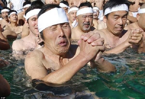 Rét run nhìn người Nhật đóng khố tắm nước lạnh mừng năm mới - ảnh 3