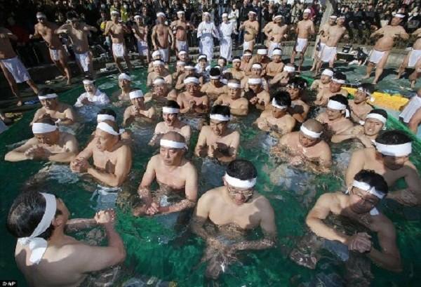Rét run nhìn người Nhật đóng khố tắm nước lạnh mừng năm mới - ảnh 5
