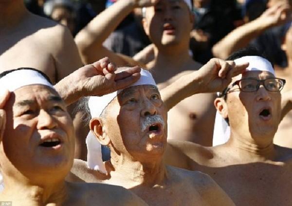 Rét run nhìn người Nhật đóng khố tắm nước lạnh mừng năm mới - ảnh 8