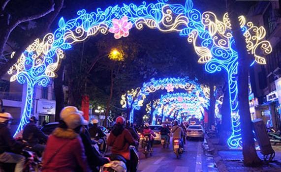 Đèn đường trang trí Tết bị chê lòe loẹt: GĐ Sở Văn hóa HN lên tiếng - ảnh 1
