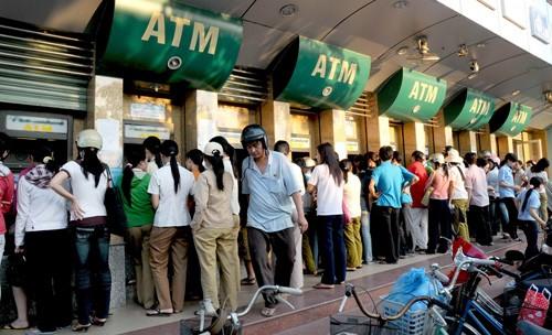 ATM quá tải Tết, ngân hàng trả lương tại nhà máy - ảnh 1