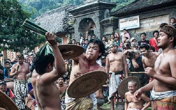 Rợn người nghi lễ cầu mưa ở Indonesia - ảnh 1