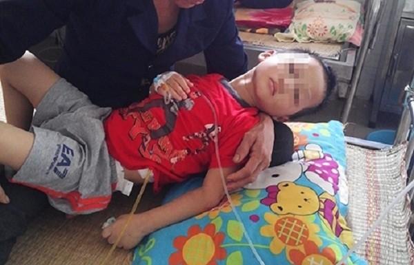 Bé trai 5 tuổi bị mẹ và nhân tình đánh gãy xương sườn ở Hòa Bình - ảnh 1