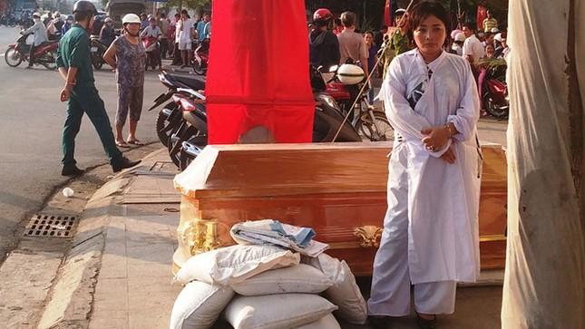 Khánh Hòa: Mặc đồ tang, mang quan tài phản đối ngân hàng - ảnh 1