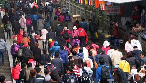 Lễ hội chùa Hương: Chưa khai hội đã chen chân đông nghịt - ảnh 1