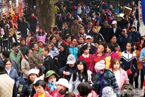 Lễ hội chùa Hương: Chưa khai hội đã chen chân đông nghịt - ảnh 2