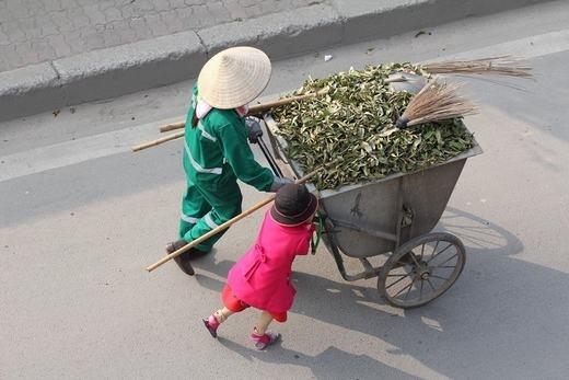 Bé cùng mẹ quét rác ngày Tết khiến cộng đồng mạng xúc động - ảnh 3