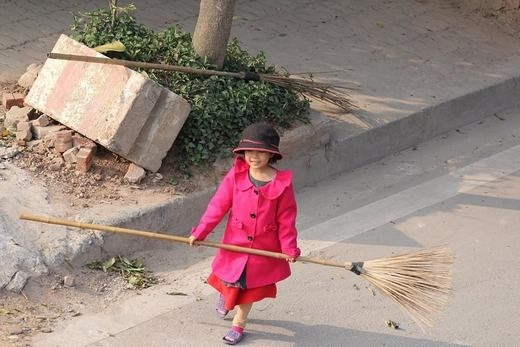 Bé cùng mẹ quét rác ngày Tết khiến cộng đồng mạng xúc động - ảnh 4