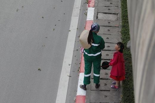 Bé cùng mẹ quét rác ngày Tết khiến cộng đồng mạng xúc động - ảnh 8