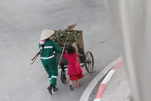 Bé cùng mẹ quét rác ngày Tết khiến cộng đồng mạng xúc động - ảnh 10