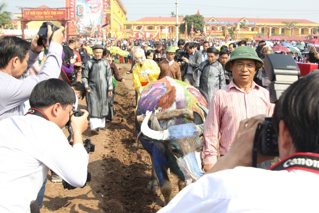 Hà Nam: Nô nức xem 'vua' cày ruộng đầu năm - ảnh 6