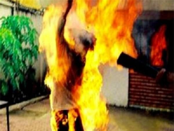 Hút thuốc khi đang đổ xăng, cháy rụi cả nhà, 3 người bỏng nặng - ảnh 1