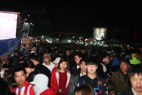 Hàng nghìn người đổ bộ chợ Viềng mua may bán rủi đầu năm - ảnh 4