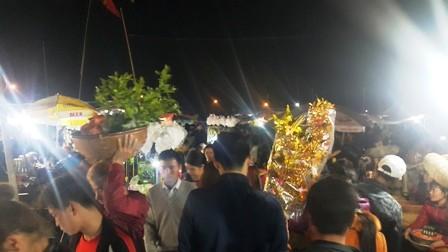 Hàng nghìn người đổ bộ chợ Viềng mua may bán rủi đầu năm - ảnh 2