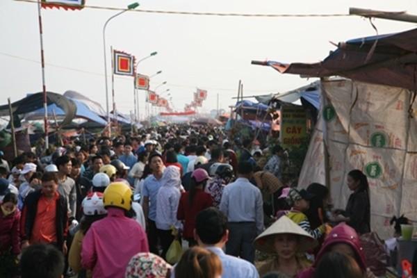 Hàng nghìn người đổ bộ chợ Viềng mua may bán rủi đầu năm - ảnh 1