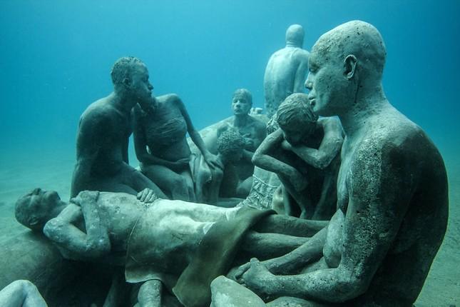 Chiêm ngưỡng bảo tàng khắc đá có '1-0-2' dưới lòng Đại Tây Dương - ảnh 9