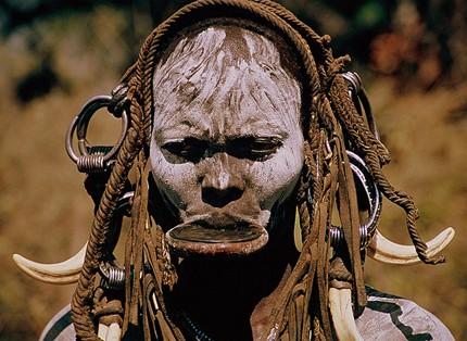 Những chiêu làm đẹp quái dị của bộ tộc Châu Phi - ảnh 1