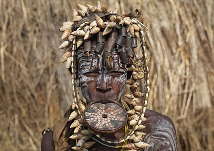 Những chiêu làm đẹp quái dị của bộ tộc Châu Phi - ảnh 2