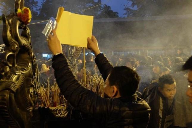 Hàng nghìn người hò hét, xô đẩy nhau xin ấn đền Trần - ảnh 6