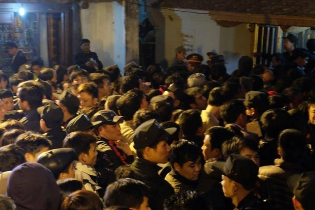 Hàng nghìn người hò hét, xô đẩy nhau xin ấn đền Trần - ảnh 3