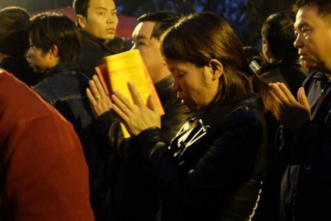 Hàng nghìn người hò hét, xô đẩy nhau xin ấn đền Trần - ảnh 5