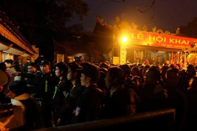 Hàng nghìn người hò hét, xô đẩy nhau xin ấn đền Trần - ảnh 4