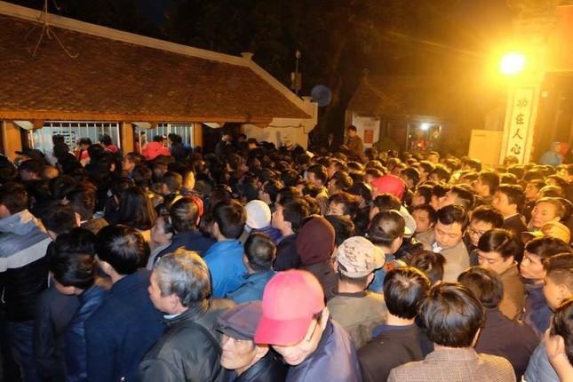 Hàng nghìn người hò hét, xô đẩy nhau xin ấn đền Trần - ảnh 1