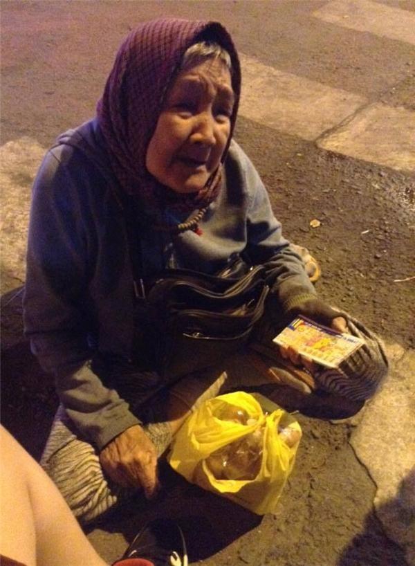 Cụ bà 90 tuổi vẫn bán vé số mưu sinh khiến cư dân mạng thổn thức - ảnh 1
