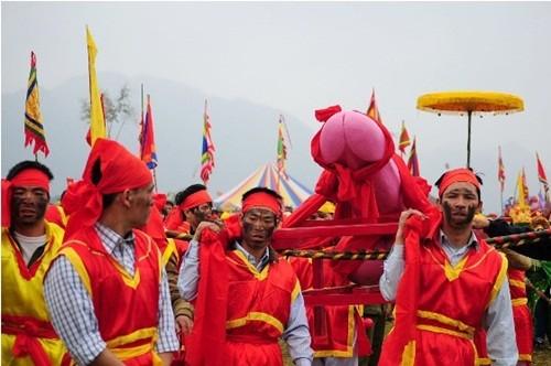Lễ hội 'rước của quý' độc đáo có '1-0-2' ở Việt Nam - ảnh 1