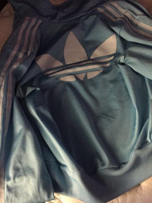 Thế giới mạng lại tranh cãi nảy lửa về màu sắc của chiếc áo này - ảnh 1
